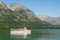 Lago e montanhas Waterton Fotografia de Stock