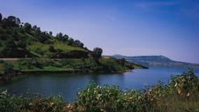 Lago e montes de travamento eye imagens de stock royalty free