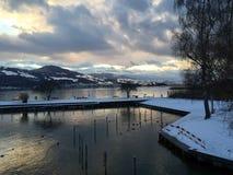 Lago e Mountain View em uma tarde do inverno Imagem de Stock