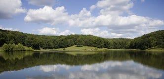 Lago e nuvens imagem de stock