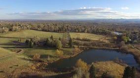 Lago e paesaggio rurale video d archivio