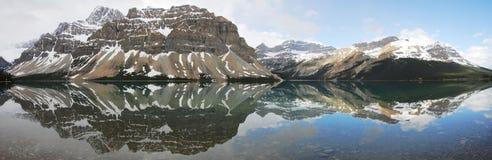 Lago e panorama della montagna Fotografia Stock