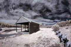 Lago e pastagem rurais da casa de Tasmânia foto de stock