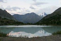 Lago e por do sol mountain Foto de Stock Royalty Free