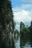 Lago e rocce immagine stock