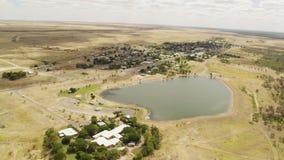Lago e una terra con le costruzioni video d archivio