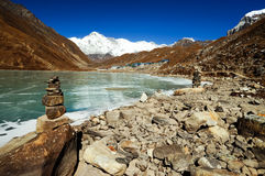 Lago e vila Gokyo Fotos de Stock Royalty Free
