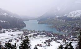 Lago e villaggio alpini in inverno (Svizzera) Fotografia Stock Libera da Diritti