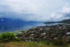 Lago e villaggio Erhai Fotografia Stock Libera da Diritti