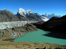 Lago e villaggio Gokyo nel Khumbu Himal alla sera fotografia stock libera da diritti