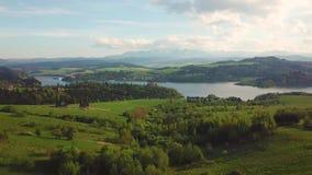 Lago e vista lontana delle montagne di Tatras Castello medievale di Czorsztyn stock footage