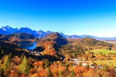 Lago e vista mountain alle alpi bavaresi Immagine Stock