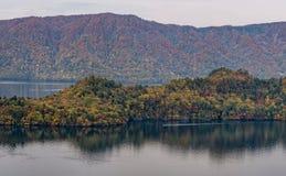 Lago e vista Towada che vedono barca girare durante la stagione di autunno Immagini Stock