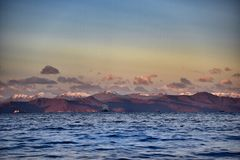 Lago e vulcano in Kamchatka Fotografia Stock