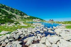Lago ed hotel mountain Fotografie Stock Libere da Diritti