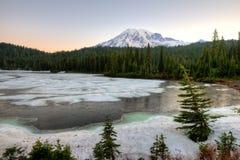 Lago ed il monte Rainier congelati reflection al supporto Rainier National Park immagini stock