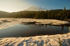 Lago ed il monte Rainier reflection fotografia stock libera da diritti