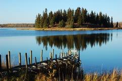 Lago ed isola Immagini Stock Libere da Diritti