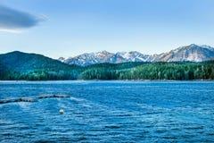 Lago Eibsee con il contesto delle alpi e del cielo blu Bava Fotografia Stock Libera da Diritti
