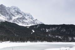Lago Eibsee en invierno Imagen de archivo