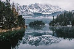 Lago Eibsee en una tarde del otoño Fotos de archivo