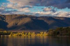 Lago Eildon en la puesta del sol, Victoria, Australia fotografía de archivo