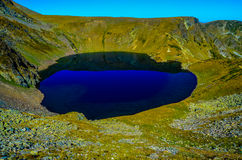 Lago el ojo, uno de los siete lagos famosos en la montaña Rila Fotos de archivo libres de regalías
