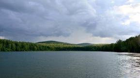 Lago Elovoe en el bosque foto de archivo
