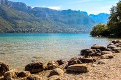 Lago em França perto da cidade de Annecy. Fotos de Stock