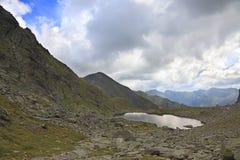 Lago em montanhas de Fagaras, Romania Caltun Fotografia de Stock Royalty Free