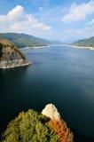 Lago em montanhas de Fagaras, Romania Vidraru Foto de Stock