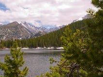 Lago em montanhas rochosas Fotografia de Stock Royalty Free
