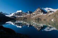 Lago em Quirguizistão, montanhas Alakol de Tian Shan Foto de Stock