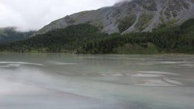 Lago em uma manhã, montanhas Akkem de Altai, Rússia filme