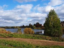 Lago en bosque del oto?o tiempo soleado Detalles y primer imagen de archivo