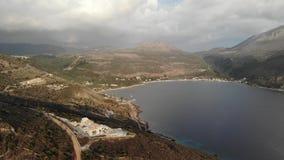 Lago en día cubierto en Grecia con el fondo de las montañas almacen de video