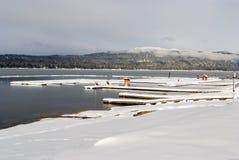 Lago en el barco doc. del invierno de McCall Idaho imagenes de archivo