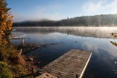 Lago en el bosque de la caída, Canadá Fotos de archivo libres de regalías