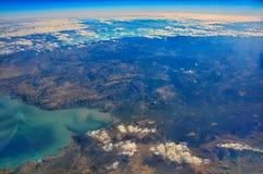 Lago en el desierto entre las montañas de Egipto en las nubes foto de archivo libre de regalías