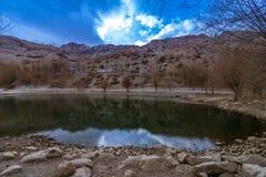Lago en el marco de la naturaleza - pueblo de Nako, valle de Kinnaur, Himachal Pradesh imagen de archivo