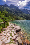 Lago en el medio de las montañas en la salida del sol Fotografía de archivo
