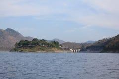 Lago en el medio de las montañas y del cielo Imagenes de archivo