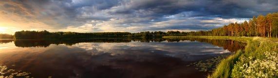 Lago en el panorama de la puesta del sol Fotografía de archivo libre de regalías