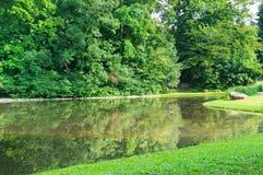 Lago en el parque del verano imagen de archivo