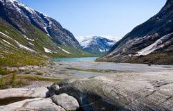 Lago en el parque nacional de Jostedalsbreen, Noruega Nigardsbrevatnet Imagenes de archivo