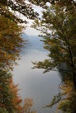 Lago en el pie de las montañas Imagen de archivo libre de regalías