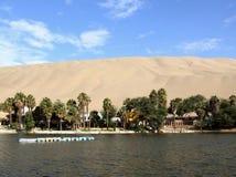 Lago en el pueblo del oasis de Huacachina Fotos de archivo