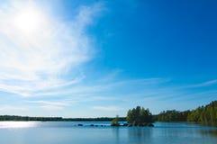 Lago en el resorte cerca de Flyseryd, Suecia Imagenes de archivo