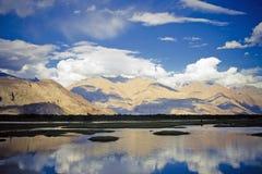 Lago en el valle de Nubra, Himalaya. Foto de archivo libre de regalías
