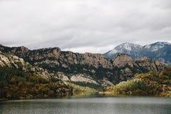 Lago en fondo de las montañas fotografía de archivo